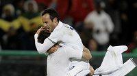 Fotbalisté Spojených států amerických Landon Donovan (vpravo) a Carlos Bocanegra se radují z vítězství nad Španělskem - ilustrační foto.