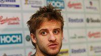 Jan Marek odpovídá na srazu hokejové reprezentace na otázky novinářů.