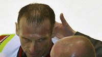 Dominik Hašek je ošetřovaný po faulu vítkovického Treilleho.