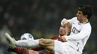 Vladimir Bystrov z Ruska bojuje o míč se Slovincem Bojanem Jokičem (v bílém)
