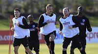 Angličané Steven Gerrard, Jermain Defoe, John Terry, Wayne Rooney a Carlton Cole (zleva) v přípravě na zápas proti Egyptu