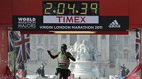 Keňský vytrvalec Emmanuel Mutai v cíli londýnského maratónu