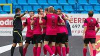 Fotbalisté Mladé Boleslavi se radují z vedoucího Kuličova gólu.