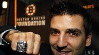 Útočník Bostonu Patrice Bergeron předvádí prsten pro šampiony
