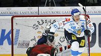 Finský hokejista Mikael Grandlund (vpravo) oslavuje vítězný nájezd v utkání Euro Hockey Tour s Ruskem.