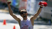 Švýcarský běžec Viktor Röthlin se raduje z vítězství v maratónu na ME v Barceloně.