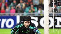Petr Čech z Chelsea zastavuje míč na brankové čáře v zápase s Žilinou