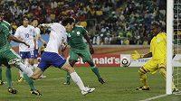Korejský obránce I Čong-su (v bílém) překonává nigerijského gólmana Enyeamu.