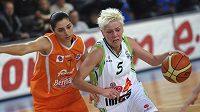 Jelena Škerovičová z Brna (vpravo) se snaží utéct Liron Cohenové z italského celku Beretta Famila Schio v utkání Evropské ligy basketbalistek.