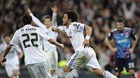 Brazilec Marcelo se raduje se spoluhráči z gólu.