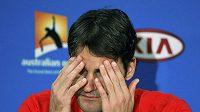 Zklamaný Roger Federer na tiskové konferenci po porážce od Djokoviče. Některé otázky novinářů se mu příliš nezamlouvaly.