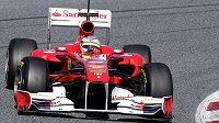 Fernando Alonso s ferrari při testech v Barceloně.