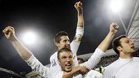 Slovinští fotbalisté oslavují postup na MS.