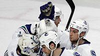Hokejisté Vancouveru se radují z vítězství nad Chicagem.