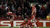 Konec nadějí. Zklamaní fotbalisté Liverpoolu (zleva) Jamie Carragher, Raul Meireles a Jay Spearing po vyřazení v osmifinále Evropské ligy.