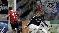 Ryan Giggs z Manchesteru United střílí branku gólmanovi Schalke Manuelu Neunerovi.