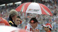 Felipe Massa (vpravo) rozmlouvá po GP Německa se členy týmu Ferrari