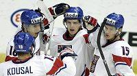 Andrej Nestrašil (uprostřed) oslavuje s dalšími z českých hokejistů