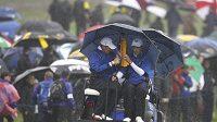Ryder Cup ovlivňuje déšť. Na snímku Ross Fisher a Ian Poulter projíždějí hřištěm.