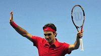 Roger Federer oslavuje vítězství nad Davidem Ferrerem v úvodu Turnaje mistrů v Londýně.