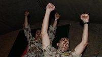 Španělští vojáci v Afghánistánu se radují z vítězství svého týmu.