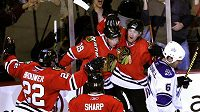 Radost hokejistů Chicaga z výhry nad Los Angeles