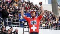 Vítězný Fabian Cancellara jásá v cíli klasického závodu Paříž-Roubaix.