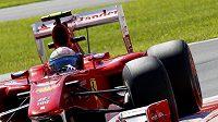 Fernando Alonso za volantem vozu Ferrari.