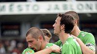Fotbalisté Jablonce nad Nisou se radují z branky Petra Pavlíka (druhý zleva).