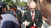 Rooneyho fotografie z pondělní autogramiády v Bostonu dokazuje, že se transplantace vlasů příliš nepovedla.