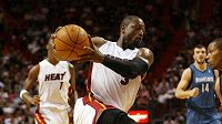 Basketbalista Miami Dwyane Wade (vlevo) spěchá ke koši Minnesoty.