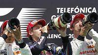 Možná tři největší kandidáti na titul mistra světa F1 Lewis Hamilton, Sebastian Vettel a Jenson Button (zleva) popíjeli po posledním závodě ve Valencii svorně na stupních vítězů chladivé šampaňské.