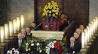 Bývalí Hráči Dukly Praha stojí u rakve na posledním rozloučení s kapitánem fotbalových vicemistrů světa z roku 1962 Ladislavem Novákem