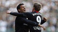 Michael Ballack (vlevo) se raduje z branky se svým spoluhráčem z Bayeru Leverkusen Andre Schuerrlem.