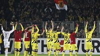 Fotbalisté Borussie Dortmund oslavují vítězství na hřišti Freiburgu.
