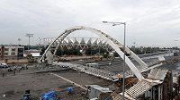 Zřícená lávka ke stadionu Džavaharlála Néhrúa.