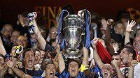 Fotbalisté Interu Milán s trofejí pro vítěze Ligy mistrů.