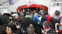 Fanoušci Slavie se řítí do útrob stadionu v Edenu