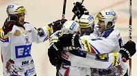 Hokejisté Pardubic oslavují třetí vstřelený gól v utkání s Českými Budějovicemi.