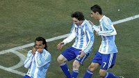 Tevez (vlevo) i přihrávající Messi (uprostřed) se mohli radovat, gól z jasného ofsajdu byl Argentincům uznán...