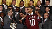 Americký prezident Barrack Obama s dresem fotbalového týmu Colorado Rapids