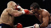 Britský boxer David Haye (vpravo) zasazuje úder Nikolaji Valujevovi z Ruska