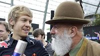 Novopečený mistr světa Sebastian Vettel hovoří s fanouškem.
