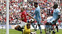 Joleon Lescott (třetí zleva) z Manchestru City překonává gólmana Manchesteru United De Geu.