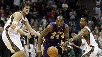 Kobe Bryant z LA Lakers (uprostřed) prochází mezi dvojicí z Milwaukee Bucks Andrewem Bogutem (vlevo) a Brandonem Jenningsem.
