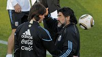 Argentinský trenér Diego Maradona (vpravo) mluví s největší hvězdou svého výběru Lionelem Messim.