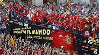 Španělé spolu s fotbalisty slavili celou noc.