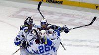 Hokejisté Plzně oslavují vstřelený gól