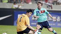Lionel Messi skóruje v exibičním zápase v Soulu.