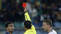 Sudí Rodriguez ukazuje Cahillovi červenou kartu.